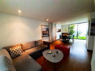 Una sala de estar llena de muebles y una televisión de pantalla plana en Condominio Bora Vereda Tiquiza