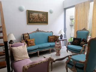 Una sala de estar llena de muebles y una ventana en Terra Grande