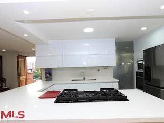 Una cocina en blanco y negro con un fregadero y una estufa en Canto Del Bosque
