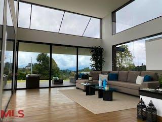 Una sala de estar llena de muebles y una gran ventana en Casa en venta en Alto de Las Palmas Indiana, de 4394mtrs2