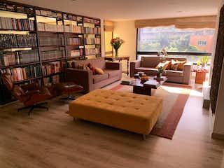Una sala de estar llena de muebles y un estante de libros en Apartamento en venta en La Cabrera de 211m2