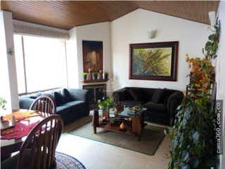 Una sala de estar llena de muebles y una televisión de pantalla plana en Apartamento en venta en Mazurén, 84mt con chimenea