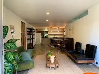Una sala de estar llena de muebles y una chimenea en Apartamento en venta en Conquistadores, de 134mtrs2