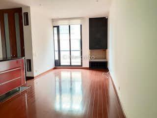 Una gran sala de estar con un gran ventanal en Apartamento en venta en Chicó Navarra, 75mt con balcon