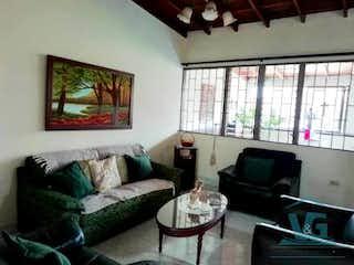 Una sala de estar llena de muebles y una ventana en CASA 2 PISO PROPIEDAD HORIZONTAL