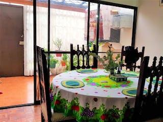Una mesa que tiene un montón de flores en ella en Casa en venta en Ándes Norte de 5 habitaciones