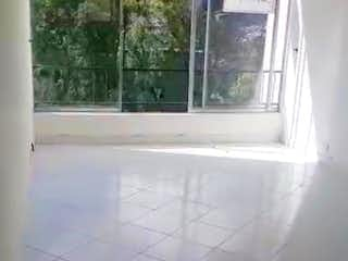Un inodoro blanco sentado en un baño junto a una ventana en Apartamento en venta en Cataluña, de 76mtrs2