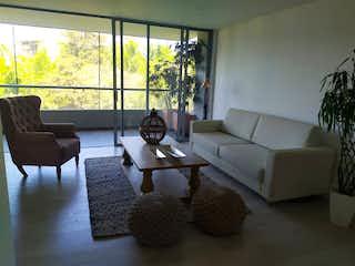Una sala de estar llena de muebles y una gran ventana en Apartamento en venta en La Abadía, de 103mtrs2
