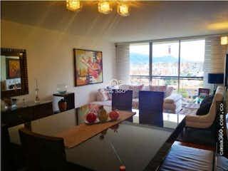 Una sala de estar llena de muebles y una ventana en Apartamento en venta en Caobos Salazar, 170mt duplex