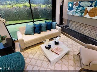 Una sala de estar llena de muebles y una gran ventana en Entre Lomas