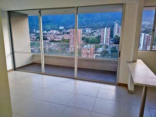 Un cuarto de baño con una puerta de cristal y una ventana en URB BOSQUE GRANDE