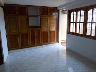Una habitación que tiene una ventana en ella en Casa en venta en La Milagrosa de 160mts