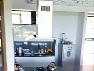Un perro negro tendido en un suelo de madera en Apartamento en venta en Tres Puertas, de 74mtrs2