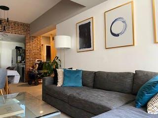 Una sala de estar llena de muebles y una gran ventana en Departamento en venta en Irrigación de dos recamaras