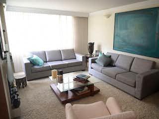 Una sala de estar llena de muebles y una televisión de pantalla plana en Casa en venta en Niza, 285mt de tres niveles