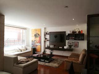 Una sala de estar llena de muebles y una televisión de pantalla plana en Apartamento En venta en San Patricio de 134m2