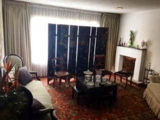 Una sala de estar llena de muebles y una chimenea en Casa En Venta En Bogota Los Lagartos