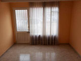 Un cuarto de baño con una ventana y una cortina de ducha en Casa