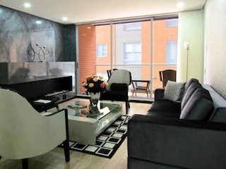 Una sala de estar llena de muebles y una televisión de pantalla plana en Apartamento en venta en Chicó Navarra, 138mt con balcon