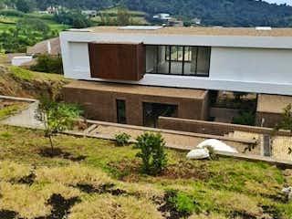 Una foto de una casa y una casa en Casa en venta en Yerbabonita, de 825mtrs2