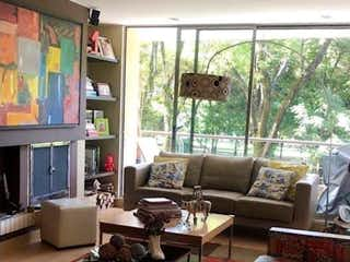 Una sala de estar llena de muebles y una televisión de pantalla plana en Apartamento en venta en El Virrey, de 135mtrs2