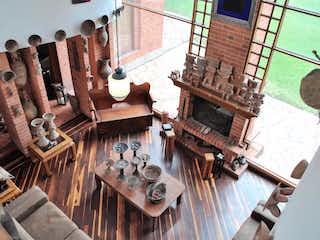 Un banco de madera sentado delante de un edificio en Casa en venta en Aposentos, de 10457mtrs2