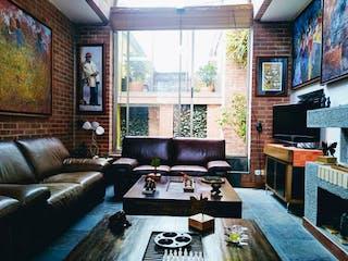 Una sala de estar llena de muebles y una televisión de pantalla plana en Casa en Venta con terraza en Niza de 201m2