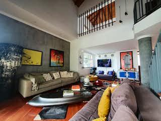 Una persona acostado en un sofá en una sala de estar en Casa en venta en El Tesoro de 345mts