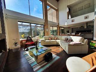 Una sala de estar llena de muebles y una gran ventana en Casa en venta en Manila de 400mts, dos niveles