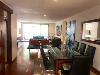 Una sala de estar llena de muebles y una televisión de pantalla plana en Apartamento en venta en Barrio Usaquén, de 173mtrs2