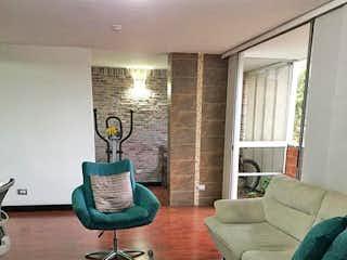 Una sala de estar llena de muebles y una gran ventana en Apartamento en venta en Loma de los Bernal, de 115mtrs2