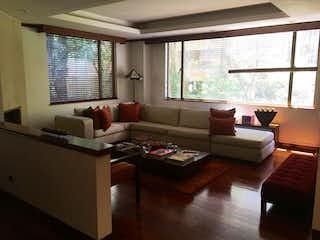 Una sala de estar llena de muebles y una gran ventana en Apartamento en Bogota Chico Reservado - segundo piso
