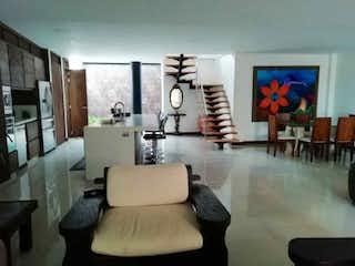 Una sala de estar llena de muebles y un reloj en Casa en venta en El Rosal, 365mt de tres niveles