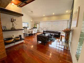 Una sala de estar llena de muebles y un suelo de madera en Apartamento duplex en venta en Santa Paula de 172m2