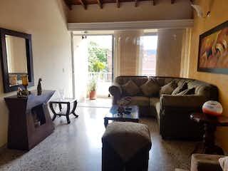 Una sala de estar llena de muebles y una ventana en Apartamento en venta en Las Acacias, de 140mtrs2