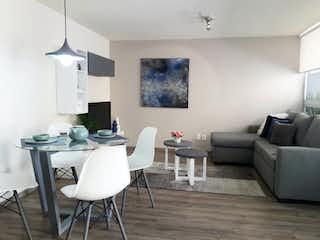 Una sala de estar llena de muebles y una mesa en Idílica Oriente