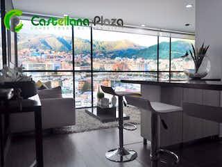 Una habitación que tiene un gran ventanal en ella en Castellana Plaza