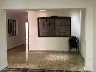 Una foto en blanco y negro de una sala de estar en Casa en venta en La Floresta, 210mt