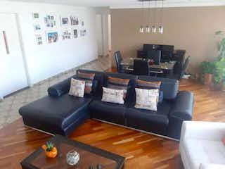 Una sala de estar llena de muebles y una televisión de pantalla plana en Edificio El Puente
