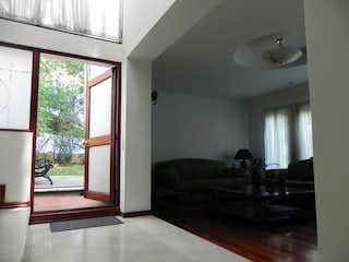 Una sala de estar llena de muebles y una ventana en Casa en venta en Casa Blanca Suba, 265mt con terrazas