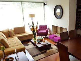 Una sala de estar llena de muebles y un reloj en Apartamento en venta en Bella Suiza, 113mt con balcon