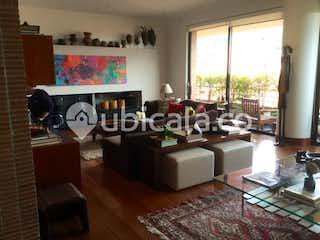 Una sala de estar llena de muebles y una televisión de pantalla plana en Apartamento en venta en Santa Ana, 278mt con balcom