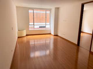 Una sala de estar con suelos de madera dura y una ventana en Apartamento en venta en Batán, de 62mtrs2
