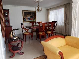 Una sala de estar llena de muebles y una ventana en Casa en venta en Quinta Camacho, de 198mtrs2