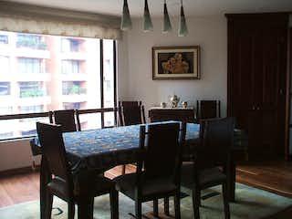 Una sala de estar llena de muebles y una ventana en Apartamento en venta en El Lago de tres habitaciones