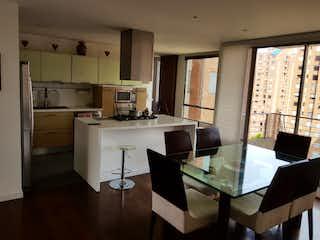 Una cocina con una mesa y una mesa en VENTA APARTAMENTO 165 MTS GRATAMIRA