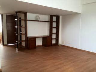 Una sala de estar llena de muebles y un suelo de madera en Apartamento en venta en Santa Bárbara Central de cuatro habitaciones