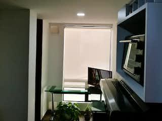 Una sala de estar llena de muebles y una televisión de pantalla plana en Apartamento en venta en Puente Largo de una habitacion