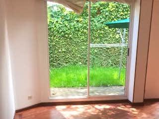 Una puerta de madera en una habitación junto a la ventana en Casa en venta en Niza Norte de 196mts, tres niveles