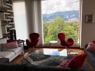 Una sala de estar llena de muebles y una ventana en Apartamento en venta en La Calleja de dos habitaciones